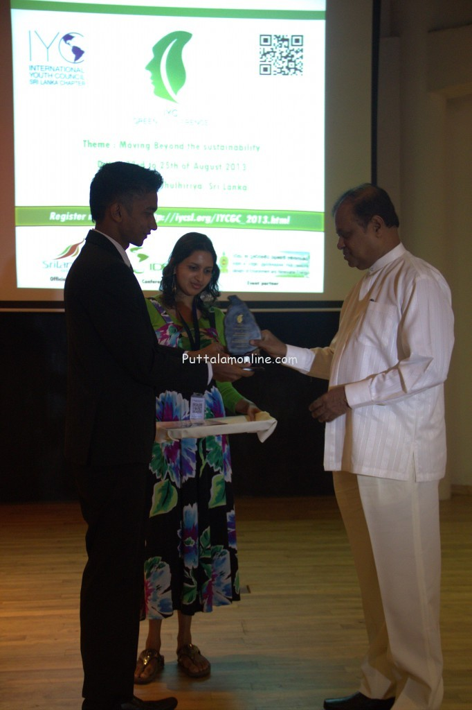 Our chairperson Sadham Zarjahan giving a token of appreciation for the chief guest Honorable Minister Susil Premajayantha Ministry of Environment and renewable Energy